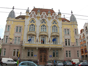 Funcţionarii din Prefectura Cluj cer venituri mai mari, reclamând că nu beneficiază de recentele creşteri salariale