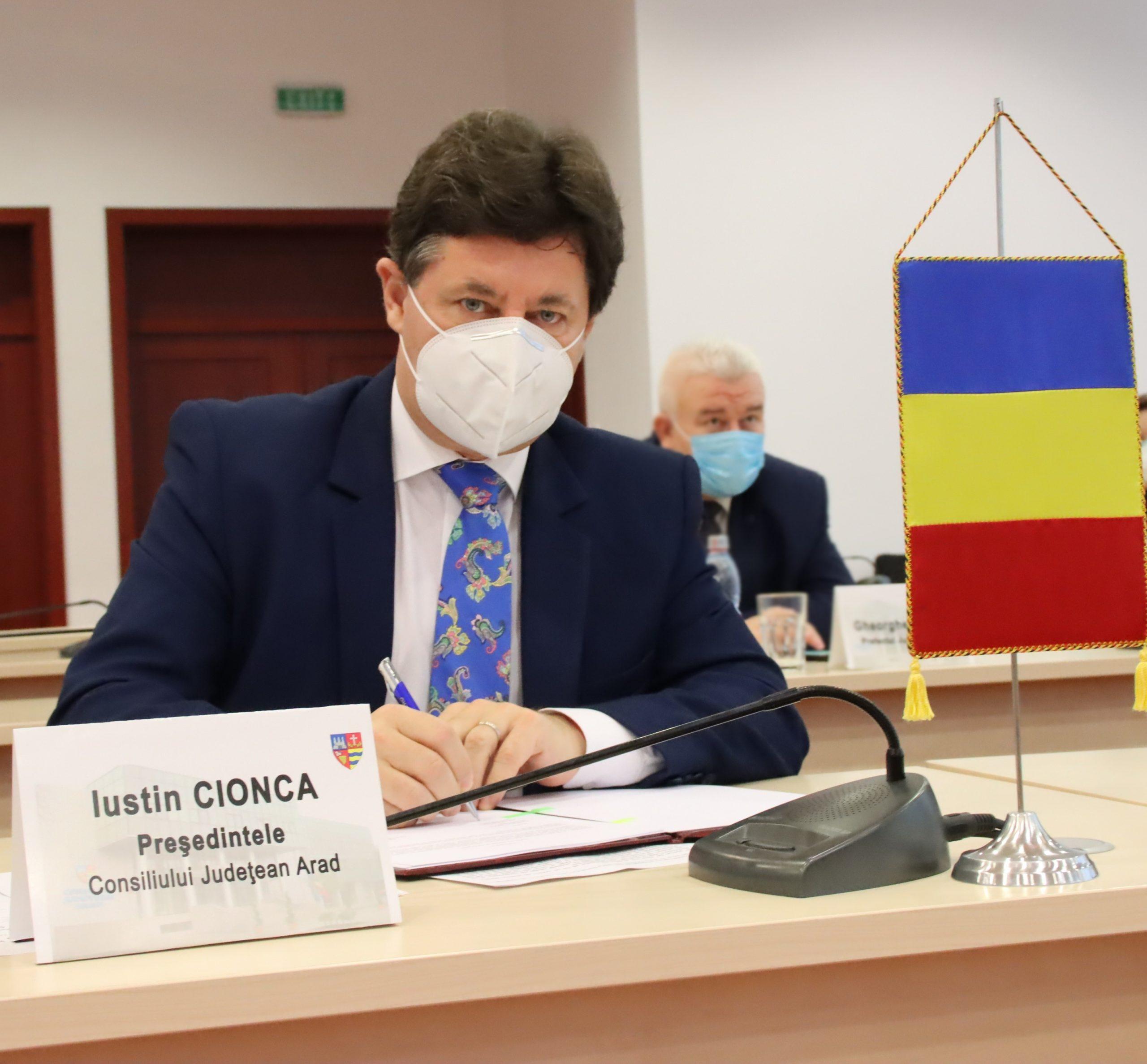 Preşedintele CJ Arad, despre birocraţie: Pentru a cumpăra o ştampilă e nevoie de trei oferte, şapte semnături şi multe hârtii