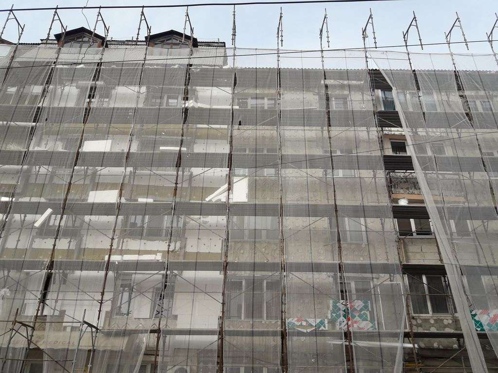Primarul Sectorului 6 cere constructorilor care se ocupă de anveloparea blocurilor măsuri privind curăţenia şantierelor