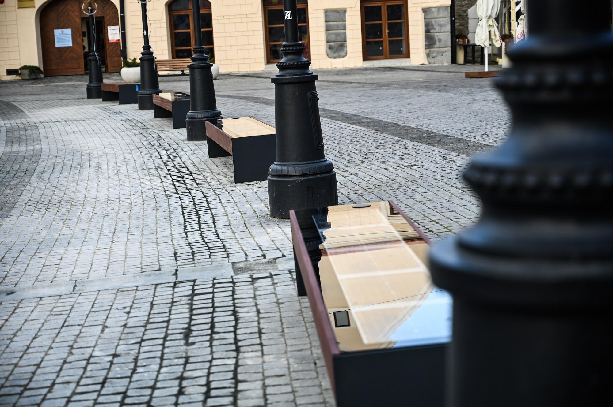 Bănci inteligente instalate de Primăria Sibiu în Piaţa Mică din centrul istoric al oraşului