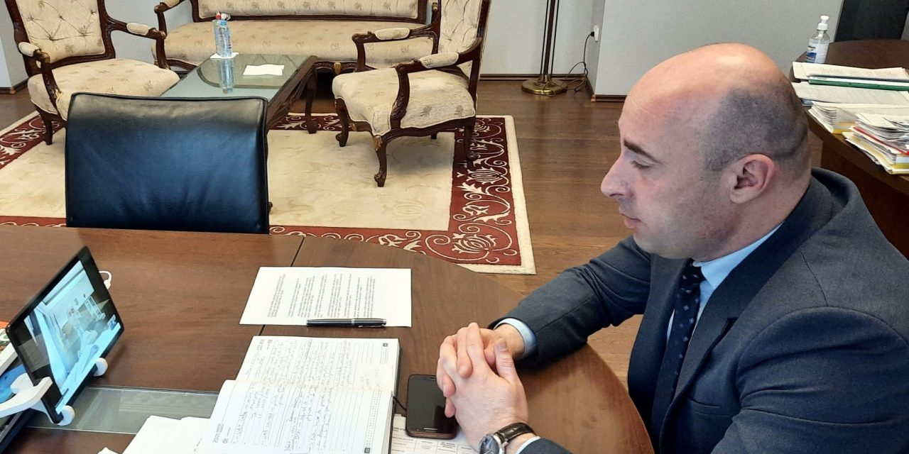 Prefectul de Braşov a discutat cu administratorii marilor spaţii comerciale măsurile pentru reducerea aglomeraţiei înainte de Paşti