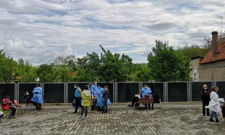 """Zeci de persoane au fost vaccinate în Ciugud prin două metode inedite: """"Vaccinare la poarta ta"""" și """"Șezătoare pentru vaccinare"""""""