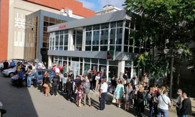 Protest spontan al angajaţilor Primăriei Focşani, nemulţumiţi că nu şi-au  primit salariile de peste o săptămână