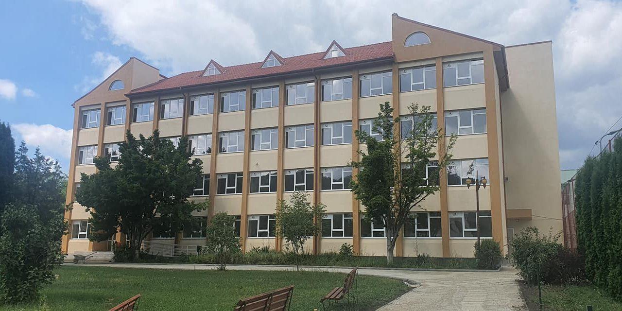 """Au fost finalizate lucrările de reabilitare ale Școlii Gimnaziale """"George Enescu"""" din Moinești"""
