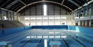 Primăria Râmnicul Vâlcea va construi două piscine acoperite pentru copiii care vor să înveţe să înoate